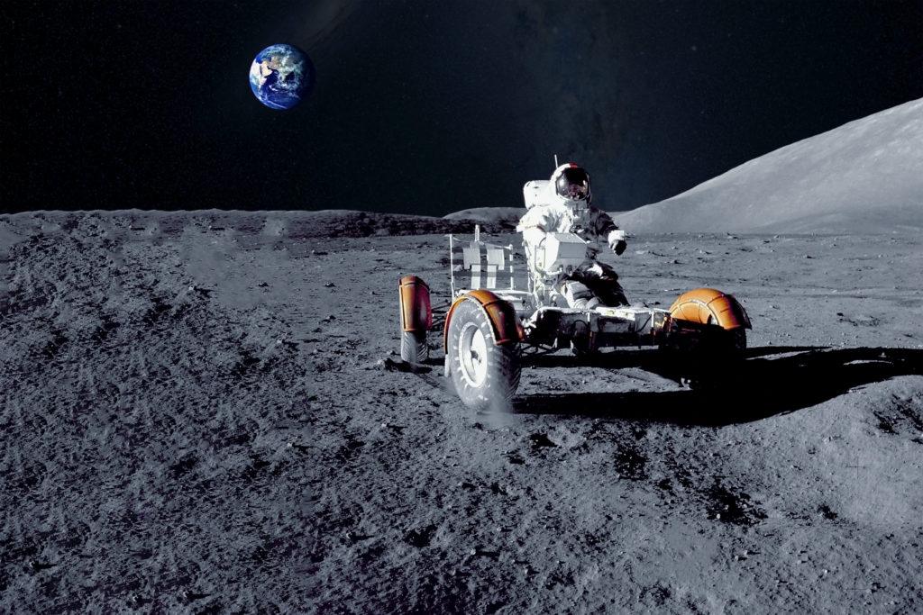 Fahrzeug auf dem Mond mit Astronaut. Zukunftsidee Fahrwerke für das Universum